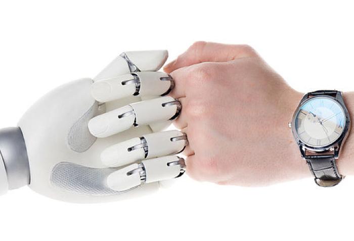 Check des main entre un homme et un robot