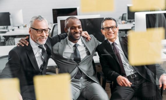 Trois hommes d'affaires fiers et heureux de leur travail