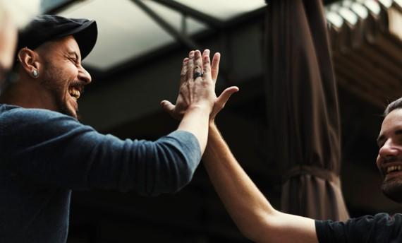 Deux hommes heureux se tapent dans les mains