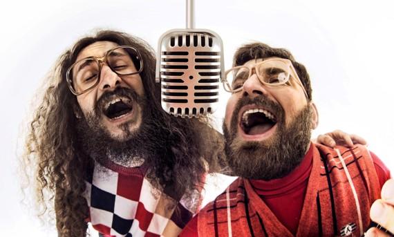 Deux hommes rétros en train de chanter