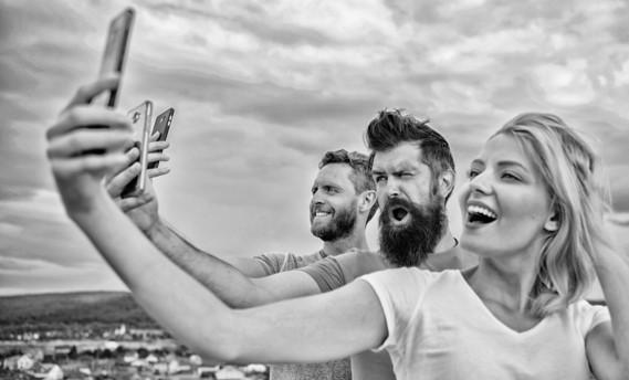 Trois personnes en train de faire un selfie