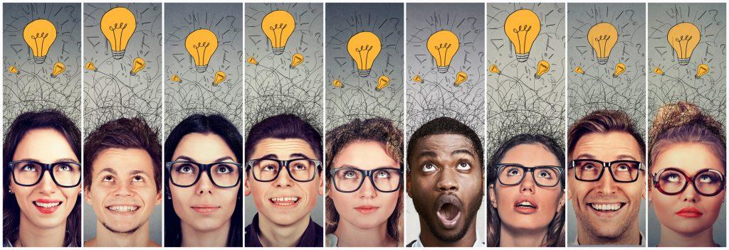 Plusieurs hommes et femmes regardent en l'air et voient une ampoule symbolisant une idée au dessus de leur tête