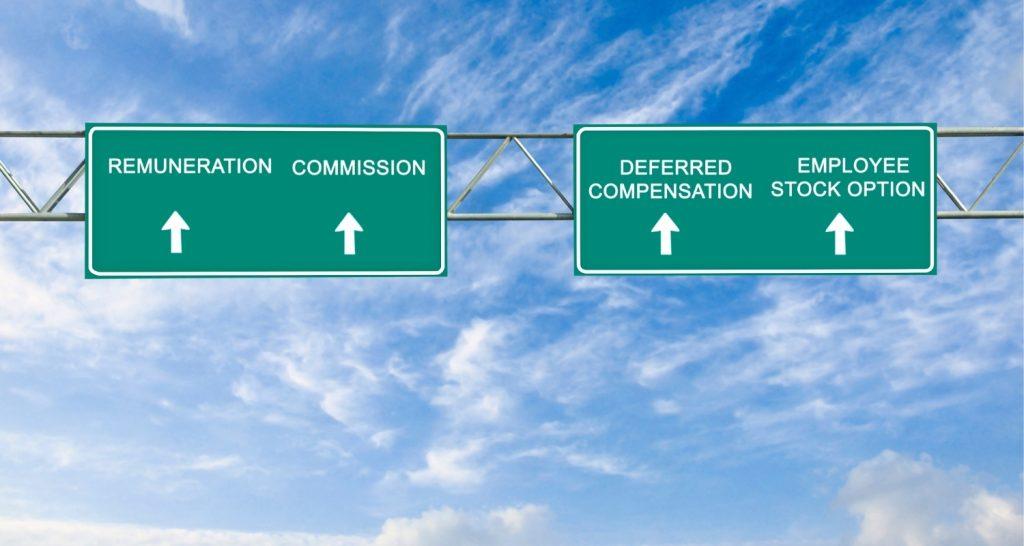 Photo de panneaux d'autoroute qui indique la direction vers la rémunération, les commissions ...