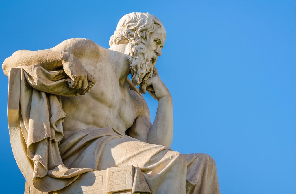Statue de Socrate avec une grand ciel bleu
