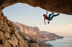 Un escaladeur totalement suspendu dans le vie