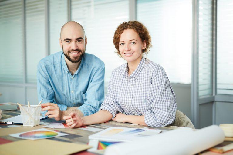Un homme et une femme heureux en train de travailler